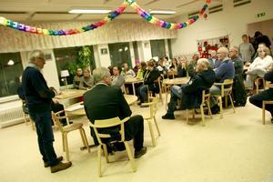 Stormöte arrangerades i Los skolas matsal för att diskutera skolans framtid. Ett fyrtitoal hade samlats för få information och ställa frågor till utbildningsnämndens ordförande Allan Cederborg.
