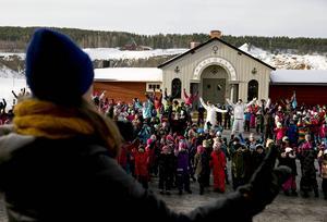 Hela gårdsplanen vid gruvan myllrade av barn på tisdagen. I mitten stod Björn Dixgård och Gustaf Norén i Mando Diao. Nu är den officiella VM-låten fångad på film–tillsammans med de 600 barnen.