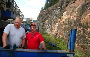 Adrian Strömberg, Stensele, och Lars Sköld, Lövsjön, är två av dem som arbetar med att täcka Prästberget med skyddsnät.