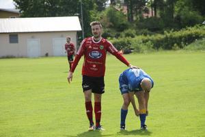 Andreas Smedbakken, som gjorde 2–0-målet på Åbyvallen, tröstar Sollefteås lagkapten Michael Åhman.