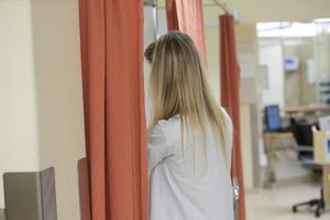 För att klara kvaliteten i vården och omsorgen behöver 160 000 nya utbildade undersköterskor rekryteras de kommande åren, skriver artikelförfattarna.
