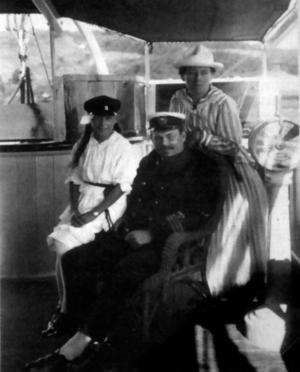 Boken är rikt illustrerad med fartygsmålningar och modellfotografier. Längst upp t v en modell av galeasen Anna, från länsmuseet i Gävle. Oumbärliga skeppsattiraljer: Skeppsklocka, ett slags roder och sextant. Gävleångaren Emma, som är scen för de mest dramatiska historierna i boken. Kapten Aspgren ombord med hustru Olga och äldsta dottern Margareta år 1919.