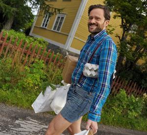 Musikern och matbloggaren Petter Berndalen upplever att han mår bättre när han dricker naturlig mjölk i stället för behandlad mjölk från butik.