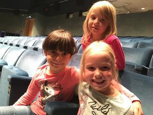 Nöjda musikstjärnor på Aveny. Amanda Håvestad överst, från vänster sittande Salamah Sund och Molly Flink.