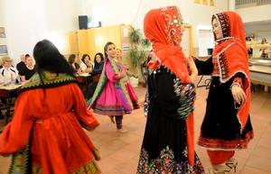 Färgstarkt. I en dansuppvisning bjöd en grupp kvinnor på traditionell folkdans från Afghanistan.