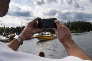 Stort intresse för värstingbåtarna vid Stabergs båthamn under lunchuppehållet under lördagseftermiddagen. Här anländer Team Leif-Ivan Karlsson.