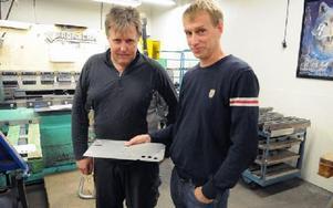 Tommy Albinsson och Håkan Sterner tittar på en detalj till en av företagets produkter. Foto: Sven Thomsen