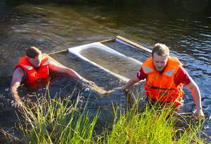 ... det slutade så här för Peter Edfors och Robert Gullberg fick simma i land.