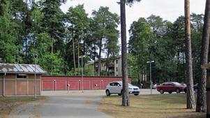 På den här parkeringsplatsen ska de två nya husen byggas, enligt planerna.