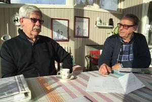 Rune Fredriksson, till vänster, och Leif Källman från Svärdsjö intresseförening är besvikna över utvecklingen, men fast beslutna att kämpa vidare för att få till stånd en ny tankstation till bygden.