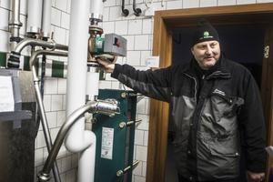 På Vallens gård inför Jan-Erik Hansson kontinuerligt åtgärder för att spara energi. I ett nytt kylsystem används grundvattnen för att kyla mjölken.