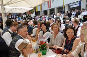 Efter invigningen i Stadthautpfarrkirche S:t Jacob samlas folk på Rådhustorget. Elisabeth Bengtsdotter sitter här med största delen av Sängerrunde S:t Michael. På hennes högar sida körledaren Karin Pettauer, mitt emot Elisabeth körens ordförande  Toni Wocherer.