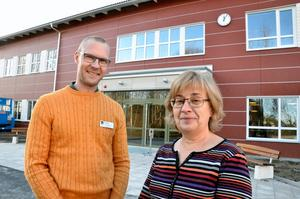 Nya skolan. Rektor David Berglund och lärare Anna-Karin Mangsbo hälsar välkomna till nya Hidinge skola.