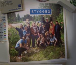 På kylskåpet finns ett fotografi från förra årets dansgäng i Styggbo, några dagar innan Dansforum i Viksjöfors.