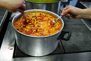 """I tre dagar får 15 deltagare lära sig om grönsaksförädling. """"Morotssoppa kan hålla i upp till tre år  i rumstemperatur om processen går rätt till"""", säger Christele Droz Vincent som håller i kursen."""