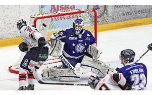 Två puckar letade sig förbi Leksandskeepern Erik Hanses när  Djurgården besökte Tegera Arena.  Foto: Johnny Fredborg