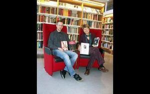 Bibliotekschefen Tommy Larsson och Eva Lövkvist, från ABF, uppmanar besökarna att köpa biljetter till författaraftnarna i förväg.-- Vi tror att det blir anstormning när Håkan Nesser kommer, säger Eva Lövkvist.FOTO: PÄR SÖNNERT