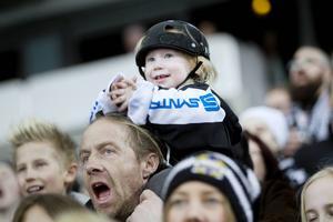 Theo Jensen, två år, hejade på SAIK.