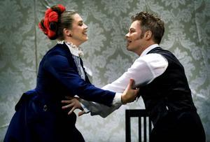 Det äkta paret, Tekla (Jennie Silfverhjelm) och Adolf (Hannes Meidal) får sina känslor ordentligt prövade.Foto: Claudio Bresciani/Scanpix
