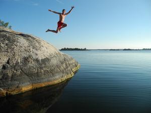 Hoppar från klipporna på Tistronskär söder om Blidö. Foto Mårten Thalén