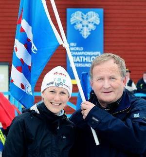Ångermanlands gilles ordförande Per Söderberg tillsammans med Helena Jonsson på skidskyttestadion  i Östersund med Ångermanlands landskapsflagga  i bakgrunden.                                         Foto: Kjell Bollnert
