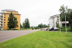 Gräsmattan i förgrunden är en del av det område där 14-våningshuset eventuellt kan byggas. De två husen på bilden har redan uppförts av Bollnäs Bostäder respektive HSB.