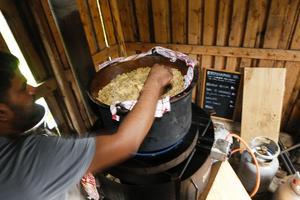 Indisk afton där kockarna tillredde en middag för besökarna och deltagarna. Här rör kocken om i grytan som innehöll en blandning av ris och kyckling med indiska kryddor.