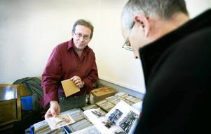 """SAMLAR OCH SÄLJER. Roger Hansson från Örsundsbro har samlat vykort i 25 år. """"Jag började som många andra kanske, man köper en bunt på en auktion och det kanske är tre du vill ha, och resten lägger man undan"""", säger han."""