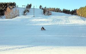 Skolidrottsföreningar i Falun ordnar aktiviteter och i kväll, torsdag, är det för medlemmarna gratis slalom- eller snowboardåkning i Källviksbacken. Foto: curt kvicker/arkivbild