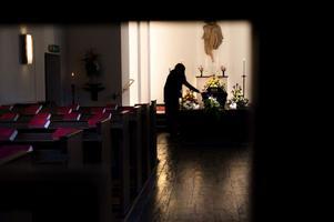Falukvinnan anser att ingen ska behöva vänta i flera månader på begravning.