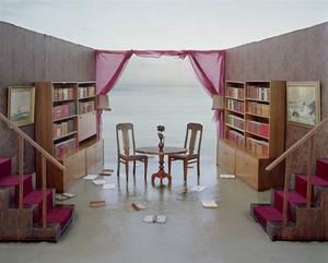 """Nina Jaros rum öppnar upp sig mot horizonten. Vid närmare granskning visar det sig att möblerna och väggarna står på sandstranden. """"Mouth to Ear"""" heter Elin Johanssons installation."""