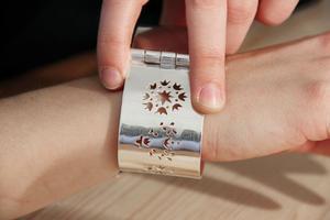 Madelene kombinerar gärna modern formgivning med tradition, här ett armband med utsågat mönster i Järvsösöm.