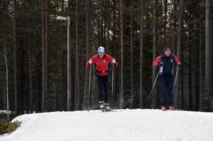 Gabriel Stegmayer och Emil Brindbergs kör ett intervallpass på Snöå skidstadion.