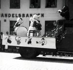 Under 1930-talet blev Walt Disney´s figurer världskändisar och kom snart att ingå även i Barnens Dag. Bilden tagen i samband med Barnens Dag i Ludvika 1936.