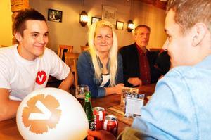 Vänstern är ett ungt parti, med Camilla Andersson Larsson i spetsen. Här gläds hon tillsammans med Linus Larsson och Emil Larsson på valvakan.