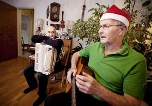 Trots en nyopererad höft blir det ändå några jullåtar för Hans-Olov Bergman på gitarr. Gösta Markusson vilar på sitt dragspel.