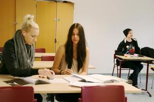 Mikaela Pusa och Felicia Lindström i klass 9D på Risbroskolan kör stenhårt sista terminen i nian.