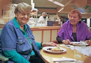 Två pigga kvinnor. Sara Hellberg och Lea Kolhemaynen bor granne med varandra på äldreboendet Hantverkarn i Hofors. En boendesituation som gjort att de båda funnit vänskap och trygghet när dem dygnet runt kan få hjälp med det de kanske behöver.