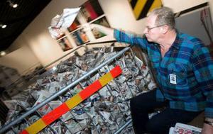 Bengt Ganman, utställningstekniker, fyller inhägnaden av kravallstaket med hopknycklade tidningssidor från Bild Zeitung. Konstverket, som är en tydlig politisk kommentar till händelserna i dåtidens Västtyskland, heter