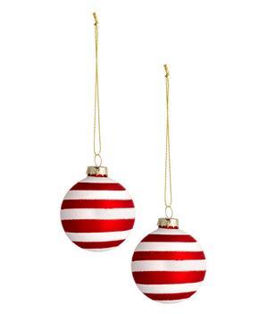 Jag ääääääääskar rödvitrandigt. Det ser så gott ut, som polkagrisar. 2-pack randiga julgranskulor, 59:90 kronor, H&M Home.