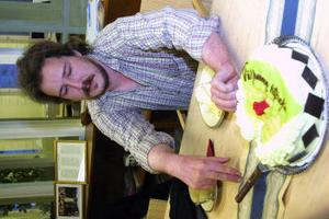 Jonas Haapala fick skära första tårtbiten när han välkomnades tillbaka till jobbet.