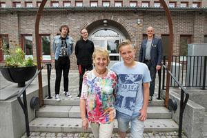 Casper Karlqvist, ett av Borlänges elevkulturombud, tillsammans med Margareta Gåfvels, Kulturcentrum Asken. Bakom ses Pelle Anderson, kultursamordnare i Borlänge, Mattias Dristig, projektledare Kultur Hjärta Skola och Patric Hammar, kulturchef i Borlänge.