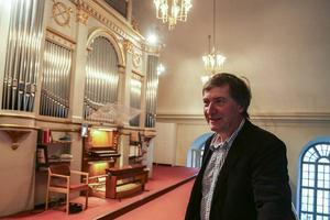 En mycket nöjd organist i Svegsbygdens församling som ser fram mot helgens besök.