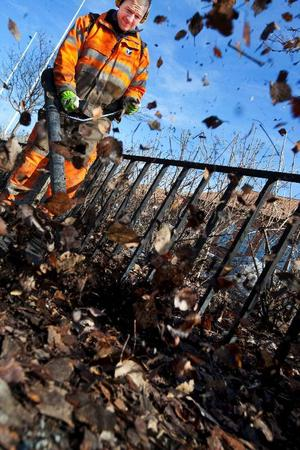 Andrés Espigares är en av kommunens väghållare som i veckan börjat göra stadens gator fria från löv, grus och sand. Ett tydligt vårtecken som förmodligen innebär att våren är här för att stanna.