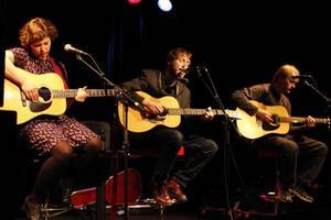 Slow Fox (Sofia Henricsson) och Peter Bruntnell spelade på Studioscenen på Storsjöteatern i lördags, tillsammans med Tommy Womack.