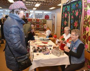 Karin Wass, t h, visade hur hon gör dockor av ull och Anna-Lisa Wikström demonstrerade tvåändsstickning.