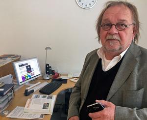 Men sin långa erfarenhet som konstnär lotsar Johnny Molton in nyanlända konstnärer in i den svenska kultursektorn. Nu handleder han den serbiska konstnären Ana Bondžić, som kommer att ställa ut på Galleri K framöver.