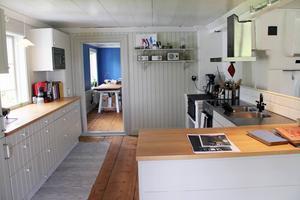 I köksdelen samsas både mikro och vedspis. I det bortre rummet har väggarna fått tillbaka sin blåa färg.