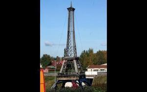 Eiffeltornet i Myrbacka är en exakt kopia av orginalet i Paris.FOTO:LEIF OLSSON
