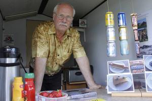 Tommy Forsberg har byggt ett litet kafé på en släpvagn. Idén kom han på själv och nu står han utanför Hyttan och säljer fika.